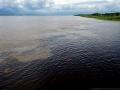 11. Přítok řeky Amazonky (bílá voda) - řeka Itaya (černá voda); poblíž Iquitos, Loreto, Peru (LB).