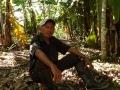 9. Zemědělec Leonel na svojí agrolesnické parcele; v pozadí banánovník, Musa sp., banánovníkovité (Musaceae), šp. Platano; vesnice Caserio Triunfo, Loreto, Peru (LB).