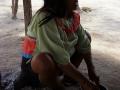 11. Příprava černého barviva ze stromu genipa americká, Genipa americana L., mořenovité (Rubiaceae); vesnice San Francisco (Shipibo-Conibo), Ucayali, Peru (JL).